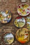 Placas de cerámica tradicionales con vistas de Italia en una del sou imagen de archivo