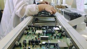 Placas de circuito del edificio en fábrica de la electrónica metrajes