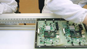Placas de circuito del edificio en fábrica de la electrónica almacen de metraje de vídeo