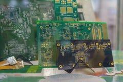 Placas de circuito impresas en el soporte imagen de archivo