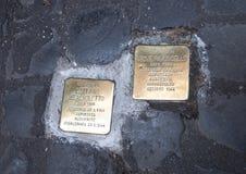 Placas de cobre amarillo que conmemoran la muerte de un judío deportado Fotografía de archivo libre de regalías