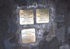 Placas de cobre amarillo que conmemoran la muerte de un judío deportado Imagen de archivo