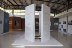 Placas de exposição em Auroville ou em cidade do alvorecer, Pondicherry, Índia imagens de stock royalty free