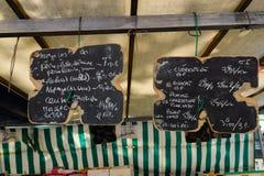 Placas de giz com preços escritos do mercado de rua fotos de stock
