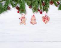 Placas de madeira brancas rústicas com as decorações han da cookie do Natal Fotografia de Stock Royalty Free