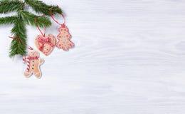 Placas de madeira brancas rústicas com as decorações han da cookie do Natal Foto de Stock Royalty Free