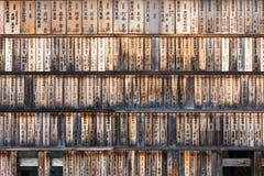 Placas de madeira com doações fora do santuário de Fushimi Inari imagens de stock