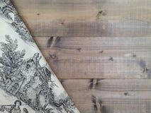 Placas de madeira com uma toalha de mesa vermelha do vintage Fotos de Stock Royalty Free
