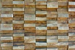 Placas de madeira empilhadas altamente firmemente imagens de stock