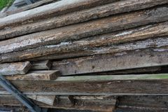 Placas de madeira para a construção e a madeira velha de jardinagem usadas Fotografia de Stock Royalty Free