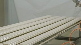 Placas de madeira de pintura para a fabricação da porta Processo de manufatura de madeira da porta produção de portas interiores video estoque