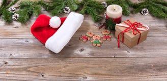 Placas de madeira rústicas com objetos do Natal Fotos de Stock