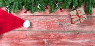 Placas de madeira vermelhas rústicas com decorações do Natal Fotos de Stock Royalty Free