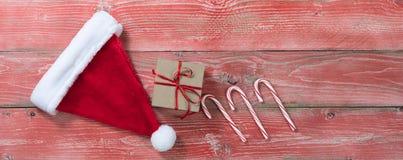 Placas de madeira vermelhas rústicas com presente e o outro decoratio do Natal Fotos de Stock Royalty Free