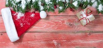 Placas de madeira vermelhas rústicas nevado com decorações do Natal Imagens de Stock Royalty Free