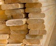 Placas de madeira vistas colocadas em um montão. Fotos de Stock