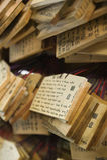 Placas de madera de la capilla sintoísta de Japón Tokio Meiji-jingu pequeñas con los rezos y los deseos (AME) Imagen de archivo