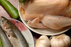 Placas de pescados y del pollo Imagen de archivo libre de regalías