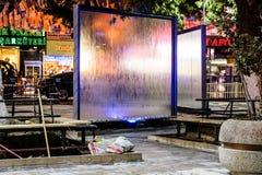 Placas de vidro de fluxo da água no parque público na noite em Turquia Imagem de Stock