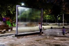 Placas de vidro de fluxo da água no parque público na noite em Turquia Fotografia de Stock
