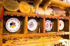 Placas decorativas con el ornamento en la pared Imágenes de archivo libres de regalías