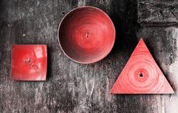 Placas decorativas de diversas formas en la pared texturizada viejo grunge Fondo entonado color coralino vivo del vintage del ext fotografía de archivo
