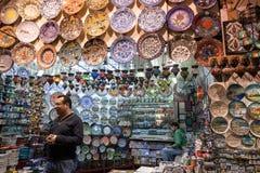 PLACAS DECORATIVAS EN EL BAZAR MAGNÍFICO, ESTAMBUL Foto de archivo libre de regalías