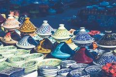 Placas decorativas en un bazar típico en Túnez, África Fotos de archivo libres de regalías