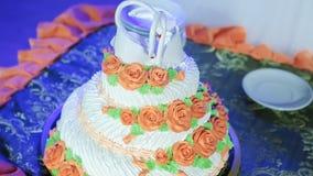 Placas del corte y de plegamiento en el pastel de bodas almacen de metraje de vídeo