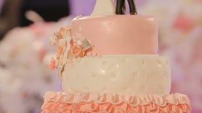 Placas del corte y de plegamiento en el pastel de bodas almacen de video