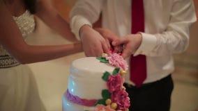 Placas del corte y de plegamiento en el pastel de bodas metrajes