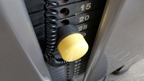 Placas del peso del gimnasio con el perno amarillo Fotos de archivo