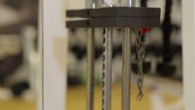 Placas del primer apiladas de la máquina del peso con kilogramo y la libra en el gimnasio de la aptitud almacen de metraje de vídeo