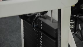 Placas del primer apiladas de la máquina del peso con kilogramo y la libra en el gimnasio de la aptitud Primer de una placa con u metrajes