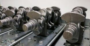 Placas do eixo de manivela no local de processamento na produção fotos de stock royalty free