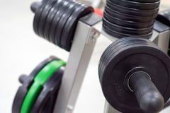 Placas do peso do peso e do barbell da aptidão Fotografia de Stock Royalty Free