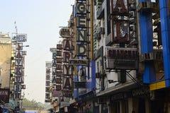 Placas do sinal do hotel em construções Fotografia de Stock Royalty Free