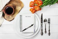 Placas e café vazios do jornal do alimento Fotografia de Stock