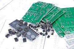 Placas e componentes de circuito com diagramas esquemáticos imagem de stock royalty free
