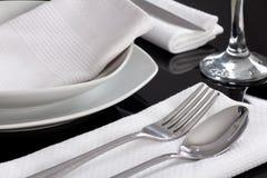 Placas e cutelaria servidas na tabela Imagens de Stock Royalty Free