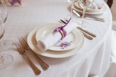 Placas e forquilhas na tabela Fotos de Stock Royalty Free