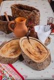 Placas e jarro de madeira na toalha de mesa Fotografia de Stock