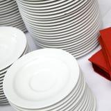 Placas empiladas en la línea de la comida fría Foto de archivo libre de regalías