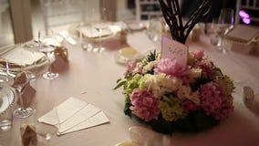 Placas en el banquete de la boda Presente la configuración Decoración de la boda almacen de metraje de vídeo