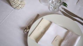 Placas en el banquete de la boda Presente la configuración Decoración de la boda almacen de video