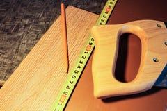 Placas estratificadas Medida e colocação dos revestimentos para pavimento Imagens de Stock Royalty Free