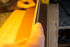 Placas estratificadas Medida e colocação dos revestimentos para pavimento Fotos de Stock Royalty Free