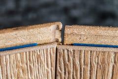 Placas estratificadas Medida e colocação dos revestimentos para pavimento Foto de Stock Royalty Free