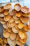 Placas feitas da casca de vidoeiro com vários formulários e testes padrões - comércio da lembrança em Veliky Novgorod, Rússia Foto de Stock