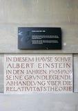 Placas fuera de la casa de Albert Einstein en Berna. Fotografía de archivo